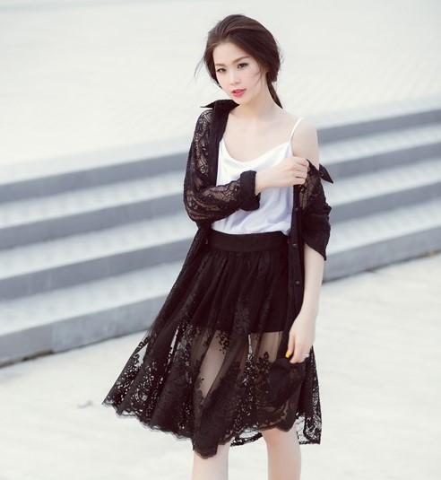 áo 2 dây với chân váy xòe đen