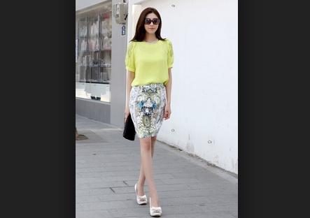 áo đơn màu kết hợp chân váy bút chì